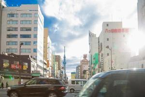 Tokyo Sky Tree och trafik i Tokyo foto