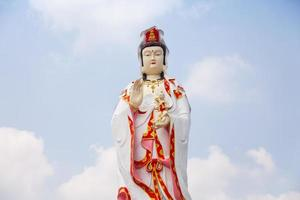 staty av guan yin i thailand foto