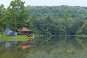 campingplats vid reservoaren i Thailand