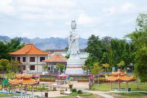 guan yin staty i thailand foto