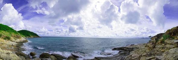panorama över en vik och strand