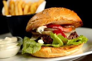 närbild av hamburgare med pommes frites foto