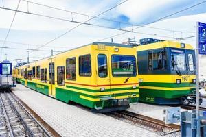 tåg av wengernalpbahn i Wengen, Schweiz foto