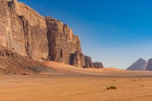 röda berg av wadi rumöknen i Jordanien