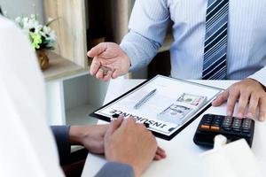 person som undertecknar försäkringsdokument foto