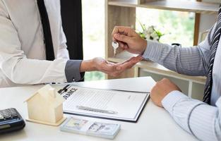 affärsperson som undertecknar ett kontrakt foto