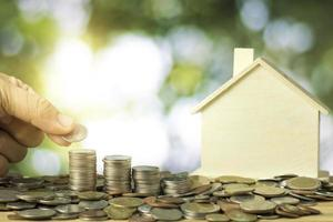 staplade mynt med modellhus