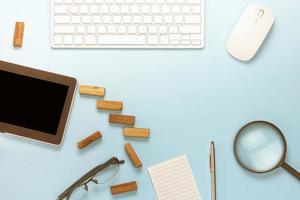 mjukblå skrivbord ovanifrån foto