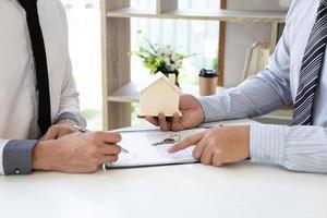 människor som fyller i bostadskontrakt