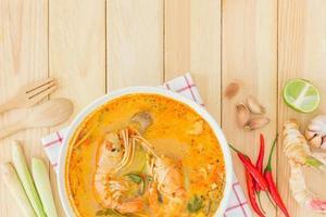 Tom Yam Kong soppa, typisk i Thailand foto