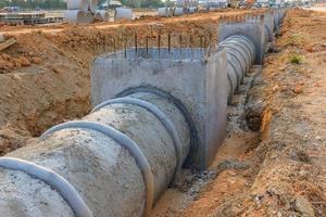 dräneringsrör och brunn på en byggarbetsplats foto