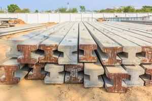 hög med förspända betonghögar foto