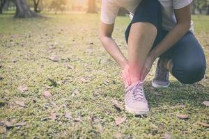 personen har smärta i fotleden utanför foto