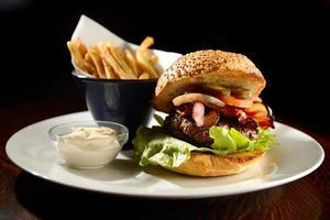 gourmetburger och pommes frites foto
