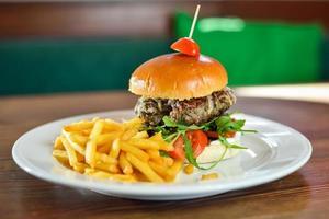 burgerreglage med pommes frites foto