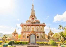 wat chaitararam tempel i phuket provinsen, thailand, 2017 foto