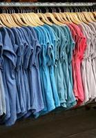 färgglada skjortor på galgar