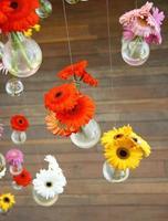 färgglada blommor i vaser foto