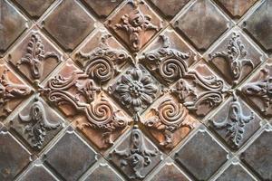 gamla terrakottakakel dekorerade med blommotiv