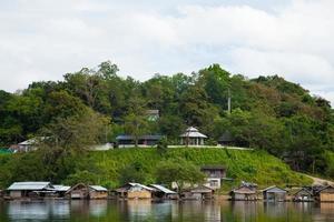 semesterort bredvid en flod i Thailand foto