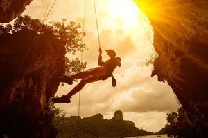 silhuett av bergsklättrare vid Riley Beach, Krabi, Thailand foto
