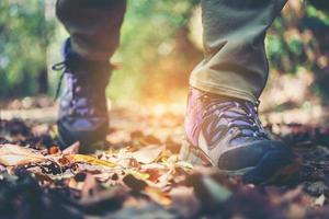 närbild av vandrare fötter går på en bergsstig foto