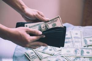 en man som räknar kontanter med pengar i plånboken foto