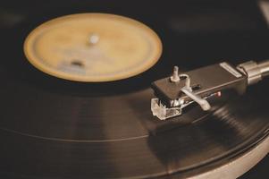 snurrande skivspelare med vintage vinyl foto