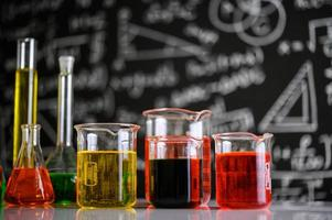 laboratorieglasvaror med olika kemiska färger foto