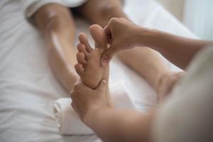 kvinna som har en fotmassage i en skönhetssalong foto