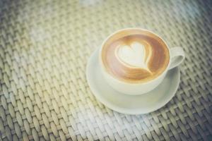 latte art kaffe med hjärtformat mjölkskum foto