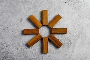 träklossar som används för dominospel foto