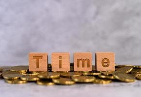 alfabetet trä kub bokstäver tid på guldmynt foto