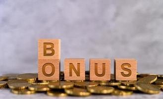 alfabetet trä kub bokstäver bonus på guldmynt foto