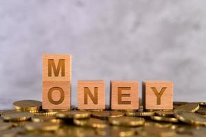 alfabetet trä kub bokstäver pengar på guldmynt foto