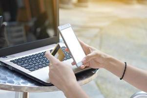 använder smartphone för att köpa online med kreditkort foto