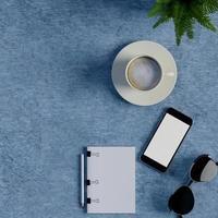 håna anteckningsboken och smart telefon på blå bord foto