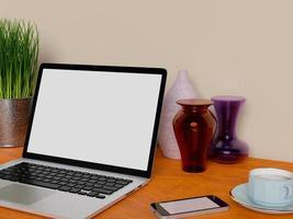 håna upp bärbar dator och smart telefon på bordet foto