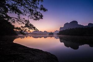 färgrik soluppgång på vatten foto