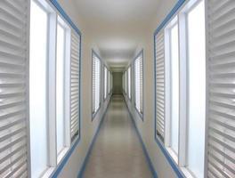 tom lång korridor på hotellet foto