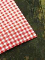 röd rutig tyg på ett bord