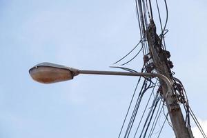 ledningar och gatlykta foto