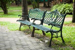 två bänkar i parken foto