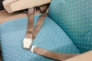 säkerhetsbälte på passagerarsäte i kommersiellt flygplan foto