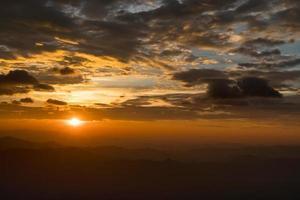 berg vid solnedgången foto