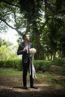 vacker bukett i händerna på brudgummen för bruden foto