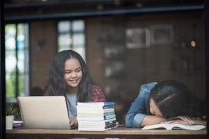 två glada studentvänner på ett kafé foto