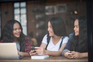 grupp vänner på ett kafé foto