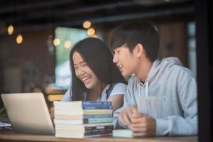 grupp glada studentvänner på ett kafé foto