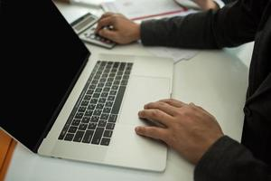 närbild av affärsperson vid skrivbordet